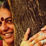 vandana-shiva-hugging-tree (1)